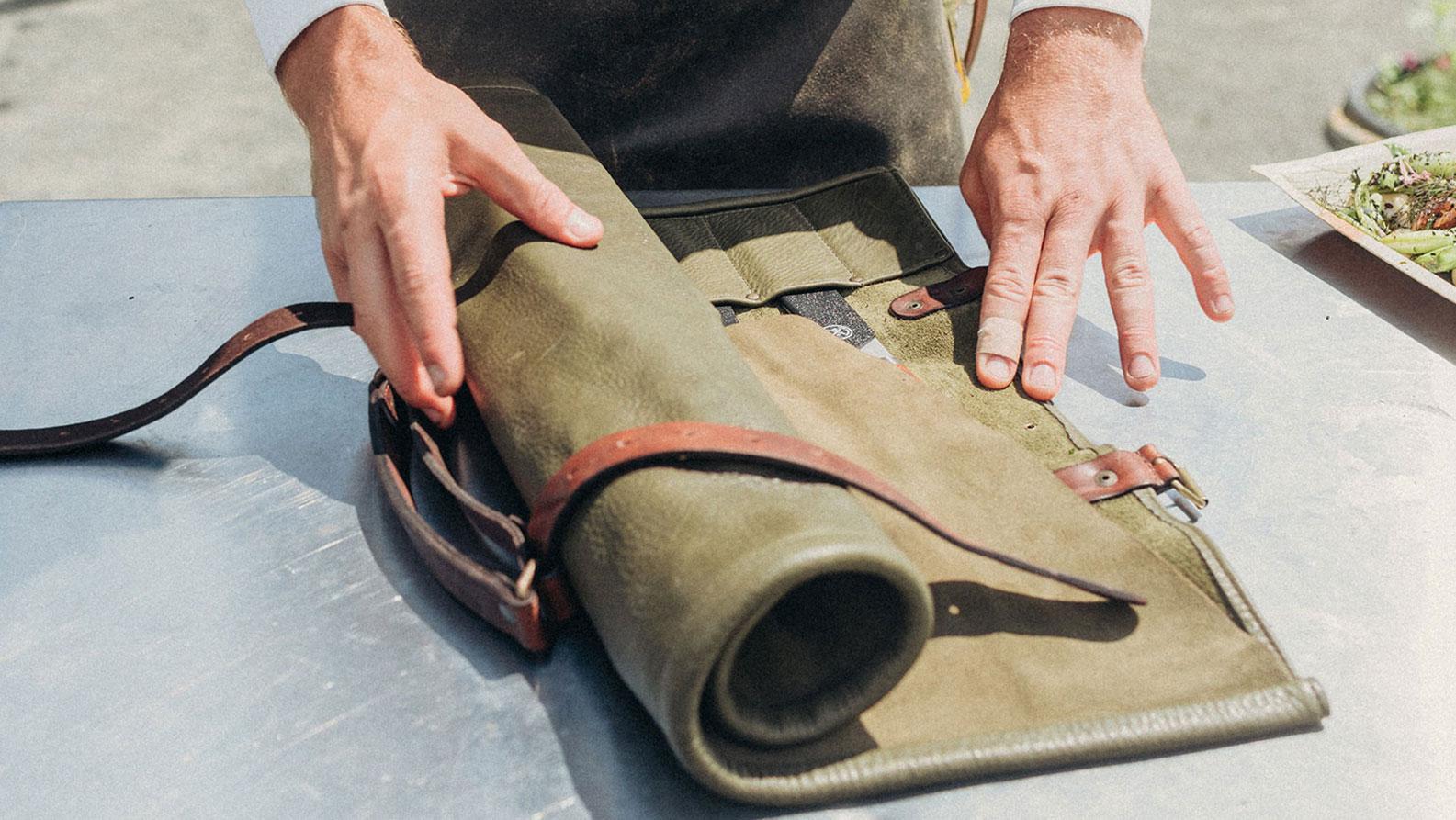 Witloft messenmap open rollen om de messen te gebruiken